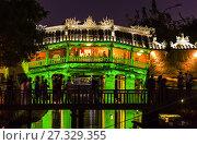 Купить «The Japanese Bridge, Hoi An, Vietnam. The landmark 18th-century wooden bridge featuring elaborate carvings and a pedestrian passageway. A bridge was first...», фото № 27329355, снято 10 апреля 2017 г. (c) age Fotostock / Фотобанк Лори