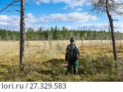 Купить «Мужчина сборщик ягод стоит перед болотом в лесу», фото № 27329583, снято 4 сентября 2011 г. (c) Кекяляйнен Андрей / Фотобанк Лори