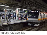 Пассажиры садятся на поезд на станции Японского метрополитена. Вечернее время. Хиросима, Япония (2013 год). Редакционное фото, фотограф Кекяляйнен Андрей / Фотобанк Лори