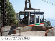 Большая гондола с туристами поднимается к верхней станции канатной дороги Shishiiwa на горе Misen. Остров Itsukusima, Япония (2013 год). Редакционное фото, фотограф Кекяляйнен Андрей / Фотобанк Лори