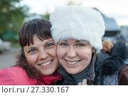 Купить «Портрет двух счастливых девушек, крупный план, лица», фото № 27330167, снято 27 сентября 2011 г. (c) Кекяляйнен Андрей / Фотобанк Лори