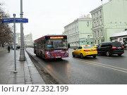 Купить «Город Москва. Рейсовый автобус едет по улице Моховая осенним днём», эксклюзивное фото № 27332199, снято 29 ноября 2017 г. (c) Игорь Низов / Фотобанк Лори