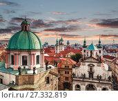 Купить «Вид сверху на крыши Праги с красными черепичными крышами и статуями, шпилями церквей и колокольнями, Чехия», фото № 27332819, снято 7 сентября 2014 г. (c) Наталья Волкова / Фотобанк Лори