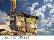 Купить «Demolition of an old house on the sky with clouds. Moscow, Russia», фото № 27335983, снято 24 декабря 2015 г. (c) Владимир Журавлев / Фотобанк Лори