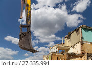 Купить «Demolition of an old house on the sky with clouds. Moscow, Russia», фото № 27335991, снято 24 декабря 2015 г. (c) Владимир Журавлев / Фотобанк Лори