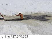 Купить «Моржевание, ЗОЖ, рождественское купание в проруби (иордани) - мужчина окунается в воду зимой», фото № 27340335, снято 19 января 2017 г. (c) Илья Илмарин / Фотобанк Лори