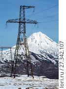 Купить «Высоковольтная линия электропередачи на фоне вулкана», фото № 27342107, снято 22 октября 2017 г. (c) А. А. Пирагис / Фотобанк Лори