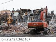 Купить «Снос незаконной постройки с помощью экскаваторов в Москве», фото № 27342167, снято 9 февраля 2016 г. (c) Алёшина Оксана / Фотобанк Лори