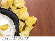 Chips with sour cream in a black plate. Стоковое фото, фотограф Евгений Ткачёв / Фотобанк Лори