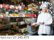 Купить «saleswoman posing with ganaches», фото № 27345475, снято 31 марта 2020 г. (c) Яков Филимонов / Фотобанк Лори
