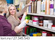 Купить «Women buying shampoo», фото № 27345543, снято 21 февраля 2018 г. (c) Яков Филимонов / Фотобанк Лори