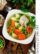 Купить «Куриный суп с зеленым горошком в белой керамической миске. Вид сверху», фото № 27346187, снято 21 декабря 2017 г. (c) Надежда Мишкова / Фотобанк Лори