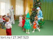 Купить «Игры у новогодней елки в детском саду», фото № 27347523, снято 25 декабря 2017 г. (c) Иван Карпов / Фотобанк Лори