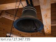 Купить «Новый церковный колокол на колокольне деревянной церкви Святого Великомученика и Целителя Пантелеимона в Обнинске», фото № 27347735, снято 6 января 2013 г. (c) Алёшина Оксана / Фотобанк Лори
