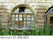 Купить «Разбитое окно старого дома», фото № 27350003, снято 13 августа 2017 г. (c) Pukhov K / Фотобанк Лори