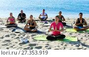 Купить «Group of sporty people practicing various yoga positions during training on beach», видеоролик № 27353919, снято 22 июня 2017 г. (c) Яков Филимонов / Фотобанк Лори
