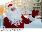 Купить «Добрый дед Мороз на улице города», фото № 27354287, снято 5 января 2018 г. (c) Иван Карпов / Фотобанк Лори