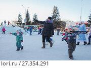 Купить «Зимние забавы на улице», фото № 27354291, снято 5 января 2018 г. (c) Иван Карпов / Фотобанк Лори