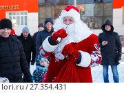 Купить «Дед Мороз с мешком и микрофоном», фото № 27354431, снято 5 января 2018 г. (c) Иван Карпов / Фотобанк Лори