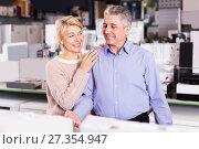 Купить «Husband and wife are happy to see household appliances», фото № 27354947, снято 27 марта 2019 г. (c) Яков Филимонов / Фотобанк Лори