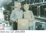 Купить «smiling mature married couple in shop packed household appliances into boxes», фото № 27354959, снято 27 июня 2019 г. (c) Яков Филимонов / Фотобанк Лори