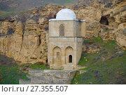 Купить «Средневековый мавзолей Дири Баба в окрестностях деревни Мараза. Азербайджан», фото № 27355507, снято 5 января 2018 г. (c) Виктор Карасев / Фотобанк Лори