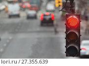 Купить «Traffic light in the city with red signal on the background of the road», фото № 27355639, снято 19 декабря 2017 г. (c) Константин Шишкин / Фотобанк Лори