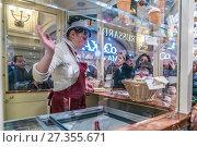 Купить «Жанровая сцена в  ГУМе. Мороженое кончилось!», эксклюзивное фото № 27355671, снято 4 января 2018 г. (c) Виктор Тараканов / Фотобанк Лори