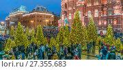 Купить «Новогодние дни на Охотном Ряду в Москве», эксклюзивное фото № 27355683, снято 2 января 2018 г. (c) Виктор Тараканов / Фотобанк Лори