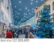 Купить «Улица Кузнецкий мост в новогодние дни», эксклюзивное фото № 27355691, снято 2 января 2018 г. (c) Виктор Тараканов / Фотобанк Лори