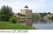 Купить «Вид на замок Германа и реку Нарву августовским  днем. Эстония», видеоролик № 27357691, снято 12 августа 2017 г. (c) Виктор Карасев / Фотобанк Лори