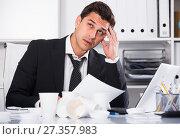 Купить «Businessman feeling thirsty in hot office», фото № 27357983, снято 20 апреля 2017 г. (c) Яков Филимонов / Фотобанк Лори
