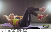 Купить «Sportswoman doing intense fitness training at gym. Female athlete in sportswear.», видеоролик № 27359527, снято 20 января 2019 г. (c) Константин Шишкин / Фотобанк Лори