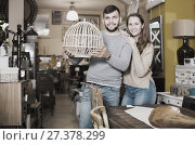 Купить «Girl with boyfriend in search of lampshade», фото № 27378299, снято 9 ноября 2017 г. (c) Яков Филимонов / Фотобанк Лори