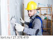 Smiling man in the helmet is plastering the wall. Стоковое фото, фотограф Яков Филимонов / Фотобанк Лори