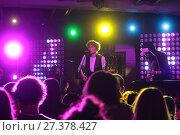 Купить «Лидер музыкальной группы Владимир Золотухин на сцене ночного клуба», эксклюзивное фото № 27378427, снято 3 января 2018 г. (c) Дмитрий Неумоин / Фотобанк Лори