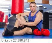Купить «Boxer sitting on the floor after productivity training», фото № 27380843, снято 21 августа 2017 г. (c) Яков Филимонов / Фотобанк Лори