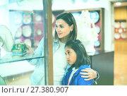 Купить «Mother and daughter enjoying expositions of previous centuries», фото № 27380907, снято 23 февраля 2018 г. (c) Яков Филимонов / Фотобанк Лори