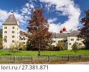 Купить «Старинный монастырь Милльштатт (Millstatt Abbey) в городе Милльштатт (Millstatt am See). Штат Каринтия, Австрия», фото № 27381871, снято 8 октября 2017 г. (c) Bala-Kate / Фотобанк Лори