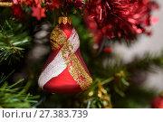 Купить «Новогодняя елочная игрушка», эксклюзивное фото № 27383739, снято 31 декабря 2017 г. (c) Игорь Низов / Фотобанк Лори