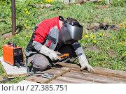 Купить «Welder greenhouse makes outdoors», фото № 27385751, снято 24 мая 2014 г. (c) Евгений Ткачёв / Фотобанк Лори
