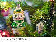 Купить «Стеклянная фигурка кошки на ёлке», эксклюзивное фото № 27386963, снято 30 декабря 2017 г. (c) Dmitry29 / Фотобанк Лори
