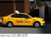 """Купить «Желтый автомобиль """"Яндекс такси"""" на улице в городе Мытищи», фото № 27387575, снято 12 августа 2017 г. (c) Free Wind / Фотобанк Лори"""