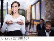 Купить «waitress standing with tray with tips money», фото № 27388167, снято 11 декабря 2017 г. (c) Яков Филимонов / Фотобанк Лори