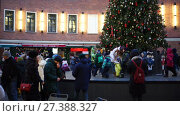 Купить «Christmas fair in the yard of round building Butylka, New Year eve in the center», видеоролик № 27388327, снято 7 января 2018 г. (c) Ирина Мойсеева / Фотобанк Лори