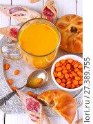 Облепиховый чай с выпечкой на деревянном столе. Стоковое фото, фотограф Марина Володько / Фотобанк Лори