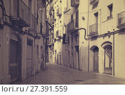 Купить «Narrow street in old town. Tarragona», фото № 27391559, снято 30 августа 2013 г. (c) Яков Филимонов / Фотобанк Лори