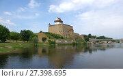 Купить «Вид на замок Германа солнечным августовским днем. Нарва, Эстония», видеоролик № 27398695, снято 12 августа 2017 г. (c) Виктор Карасев / Фотобанк Лори