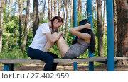 Купить «Две девушки смеются, сидя на скамейке», видеоролик № 27402959, снято 17 сентября 2017 г. (c) Алексей Кокорин / Фотобанк Лори