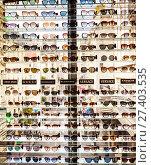 Купить «Стойка с солнцезащитными очками. Galeries Lafayette Haussmann. Париж. Франция», фото № 27403535, снято 10 мая 2017 г. (c) Николай Коржов / Фотобанк Лори